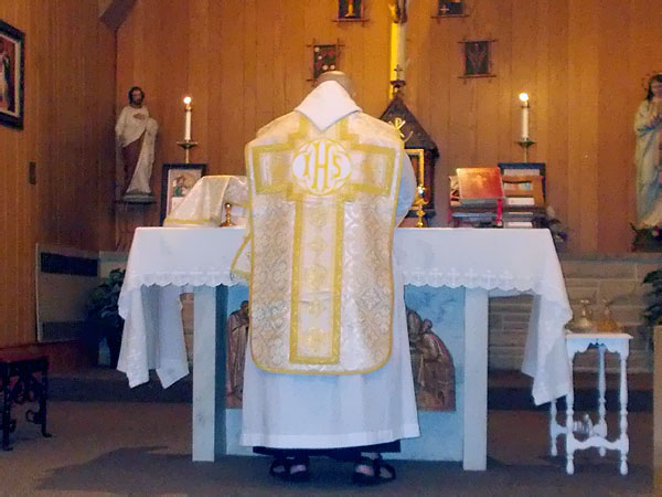 Fr Isaac Mary Relyea at the beginning of Sunday Mass at the women's silent retreat at Durward's Glen
