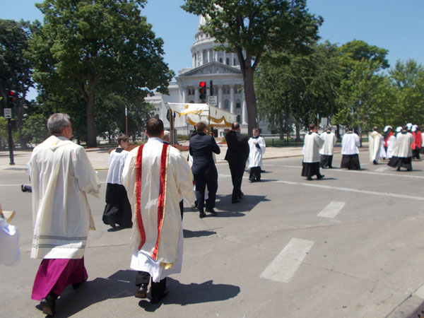2012 Madison Corpus Christi Procession heads onto Capitol Square